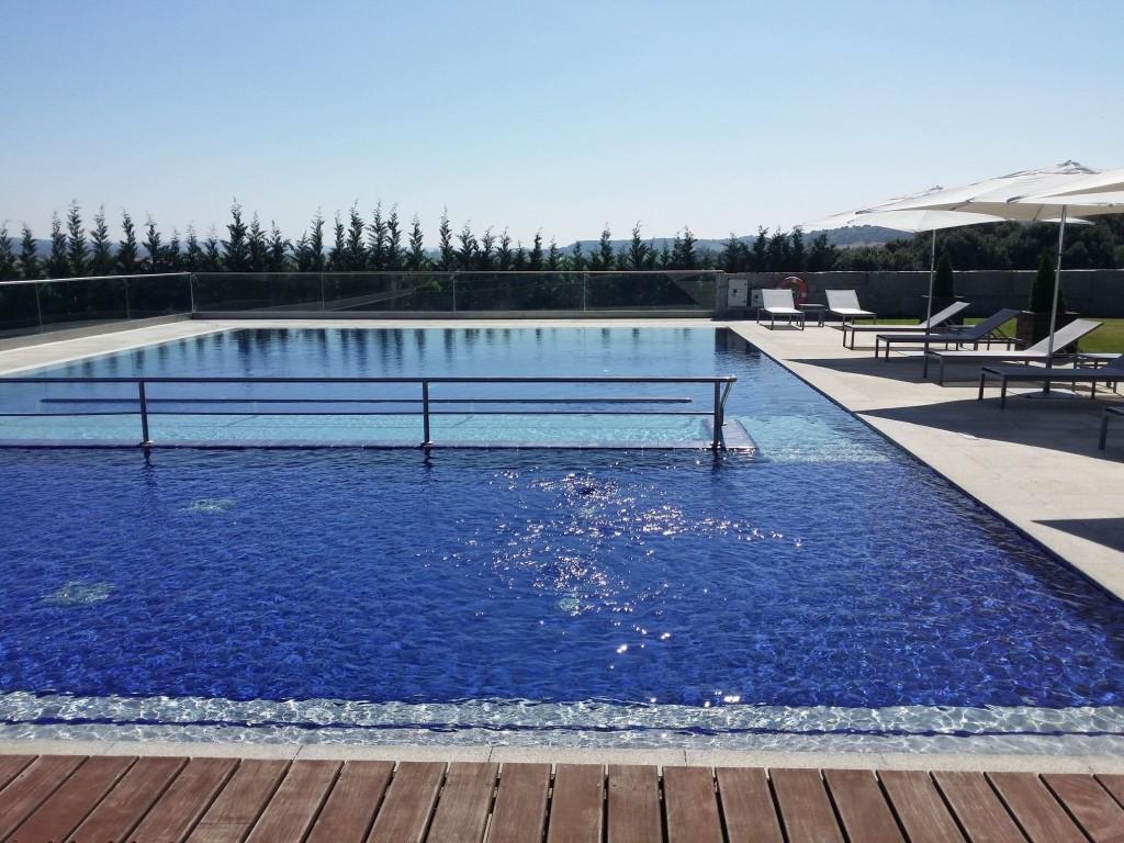 La piscina, con una zona muy amplia de escasa altitud