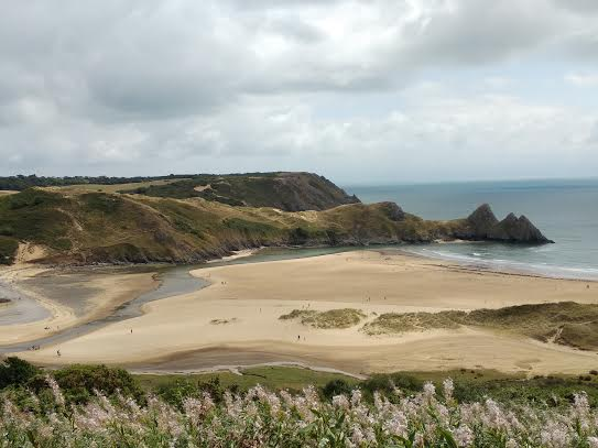 La playa de Three Cliffs Bay, con los tres picos le dan nombre